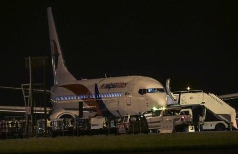 Chiếc Boeing 737-800 hạ cánh an toàn xuống Kuala Lumpur sau khi bị nổ lốp.