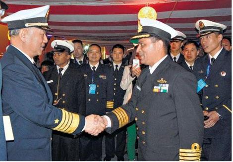 Đại tá Puruvir Dasđón tiếp ông Vũ Thắng Lợi (trái) lên thăm chiến hạm INS Shivalik.