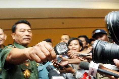Tướng Moeldoko cho các phóng viên xem chiếc đồng hồ hàng nhái.