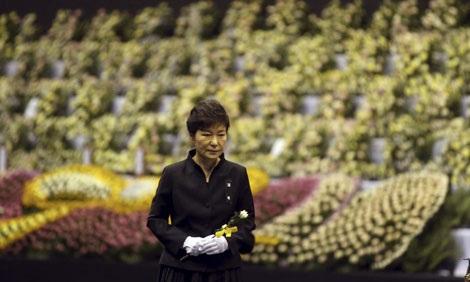 Tổng thống Hàn Quốc dâng hoa tưởng nhớ các nạn nhân vụ chìm phà.