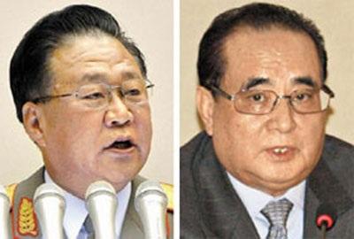 Tướng Choe Ryong-hae (trái) và tân Ngoại trưởng Ri Su-yong.