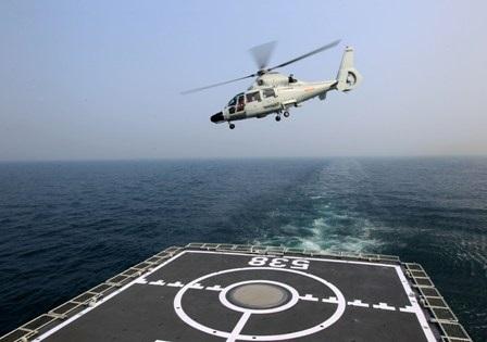 Máy bay trực thăng cất cánh từ tàu sân bay của hải quân Trung Quốc.Ảnh: THX-TTXVN