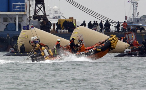 Khoảng 700 thợ lặn đã được điều động tới hiện trường vụ chìm phà.
