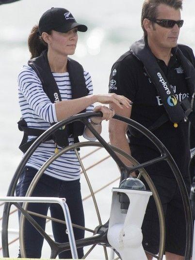 Công nương Catherine đứng cạnh một thành viên trong đội đua.