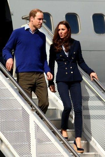 Vợ chồng Hoàng tử William chụp ảnh lưu niệm với các thành viên của đội đua thuyền New Zealand.