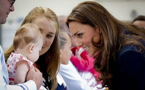 Hoàng tử William và Công nương Catherine trò chuyện với các em nhỏ địa phương.