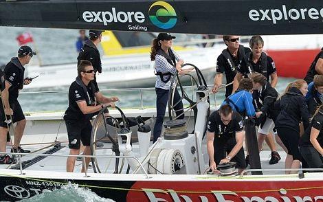 Hoàng tử William khom người để điều khiểndu thuyền.