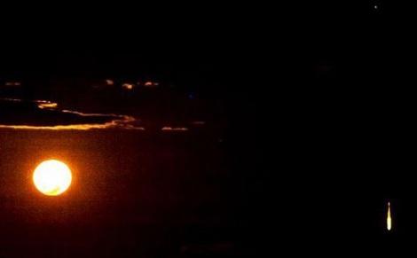 Vật thể bốc cháy trên bầu trời Úc (phải).