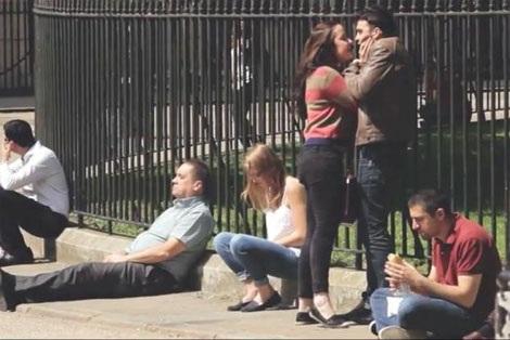 Cô gái đang tấn công bạn trai giữa phố nhưng mọi người đều dửng dưng.