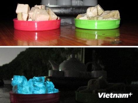 Giò phát ánh sáng màu xanh dương bất thường trong đêm. (Ảnh: Xuân Tùng/Vietnam+)