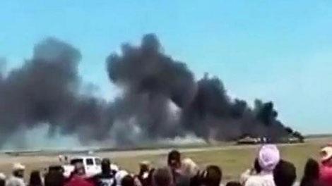 Chiếc máy bay bốc cháy sau khi gặp nạn.