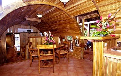 Các đồ đạc bên trong được làm bằng gỗ, gần gũi với môi trường xung quanh.