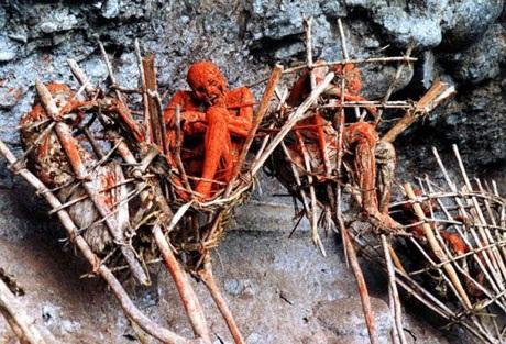 Những xác ướp cháy đỏ trên các vách núi.
