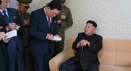 Nhà lãnh đạo trẻ Kim Jong-un dùng gậy trong chuyến thăm.