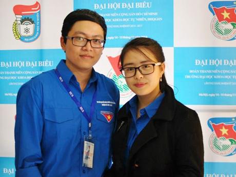 Quốc Chinh (trái) luôn tự hào khi mang trên mình màu áo xanh Đoàn đội, màu áo xanh tình nguyện.