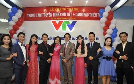 MC Lan Phương bên cạnh các đồng nghiệp tại VTV