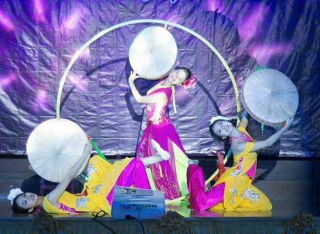 Ở phần thi tài năng, cô trình diễn tiết mục múa dân gian.