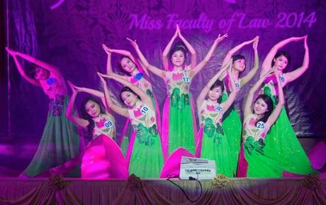 10 thí sinhđêm Chung kết Law Rose 2014 trong tiết mục biểu diễn mở màn.