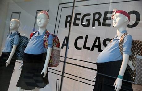 Ma- nơ- canh bụng bầu trong bộ đồng phục học sinh gây tranh cãi tại Venezuela.