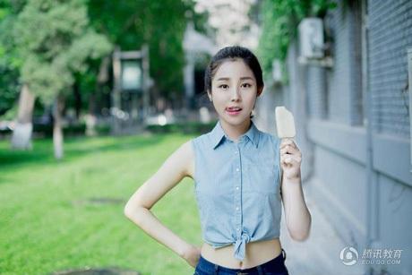 Lee Hyun Zhen từng được biết đến qua bộ ảnh với que kem cắn dở.