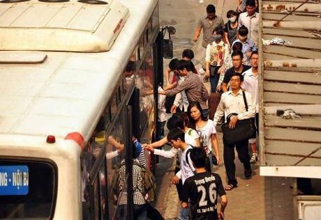 Ở các trạm đợi xe đông đúc, hành vi quấy rối tình dục cũng diễn ra (Ảnh:TL)