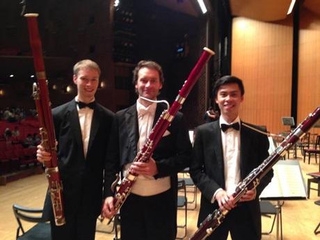 Duy Long (phải)cùng các đồng nghiệp chơi kèn bassoon.
