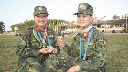 Thiếu úy Phạm Thị Hà (phải) cùng đồng đội. Ảnh: Duy Ngợi.