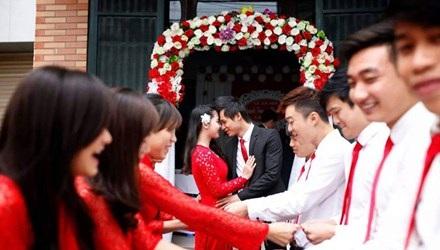 Đội bê tráp đám cưới thuê chụp ảnh cùng cô dâu, chú rể.