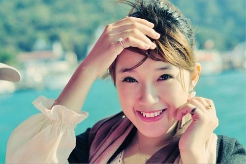 Cô sở hữu vẻ đẹp trong sáng, nụ cười duyên với thu hút mọi ánh nhìn.