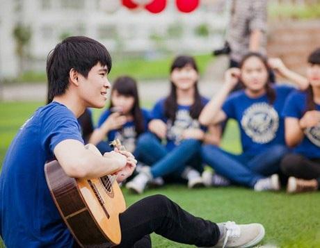 Anh chàng tài hoa còn chơi guitar khá hay.
