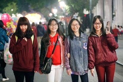 Rất nhiều bạn trẻ rủ nhau đi đón giao thừa, ai cũng rạng ngời nở nụ cười rạng rỡ