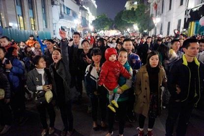 Phố Tràng Tiền (Hà Nội) đông nghịt người dân đứng đón năm mới với nhiều hy vọng, hạnh phúc mới