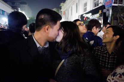 Một nụ hôn nồng thắm trong thời khắc thiêng liêng
