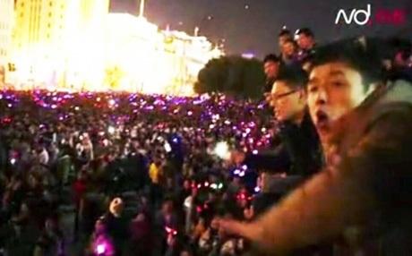 Các thanh niên cảnh báo đám đông về mối nguy hiểm. Ảnh: SCMP