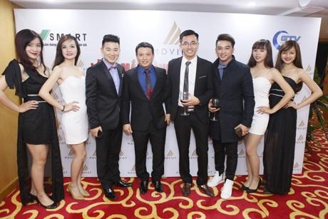 Các khách mời chụp ảnh lưu niệm cùng ban lãnh đạo MD Việt.