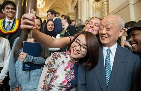 Phạm Ngọc Minh Trang (giữa) đang giao lưu với giảng viên và bạn bè tại Tòa án quốc tế về luật biển.