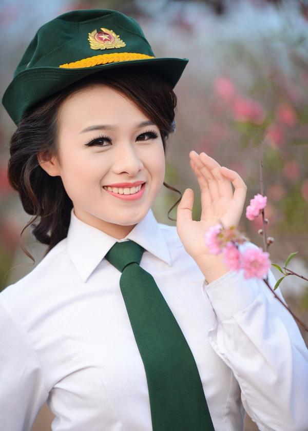 Ngắm nữ phát thanh viên quân đội xinh đẹp trong vườn xuân