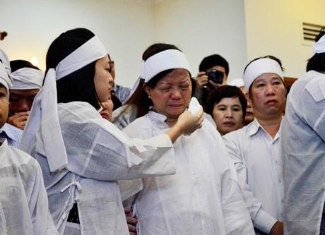Con gái ông Nguyễn Bá Thanh lau nước mắt cho mẹ trong giờ truy điệu sáng 16/2.