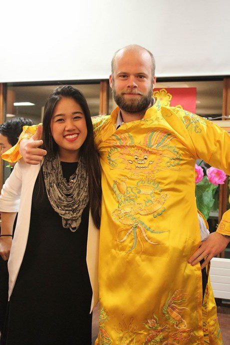 Những vị khách Tây trải nghiệm với trang phục truyền thống Việt Nam.