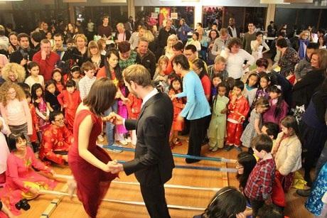 Nhảy sạp thu hút sự chú ý của khách quốc tế.