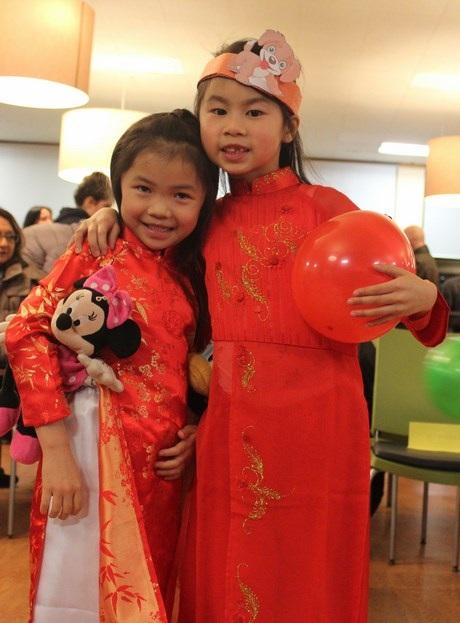 Trẻ em cũng được bố mẹ chuẩn bị áo dài để diện trong đêm hội.