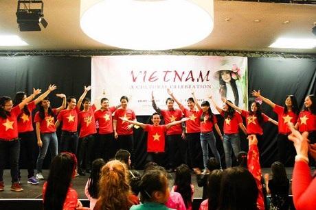 """Sắc đỏ Việt Nam và nhiệt huyết tuổi trẻ """"cháy"""" rực trong phần flashmob."""