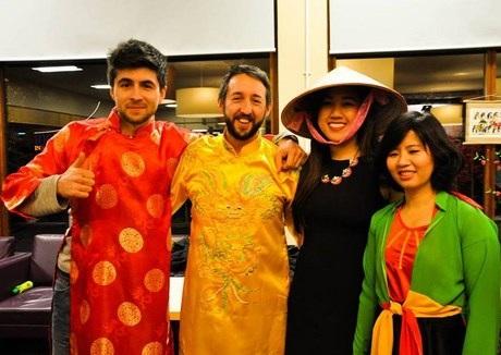 """Nhiều bạn bè quốc tế """"phải lòng"""" tà áo dài Việt."""