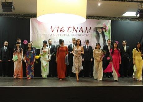Thiếu nữ Việt tự tin sải bước cùng nam đồng hành là bạn ngoại quốc trong phần trình diễn áo dài.