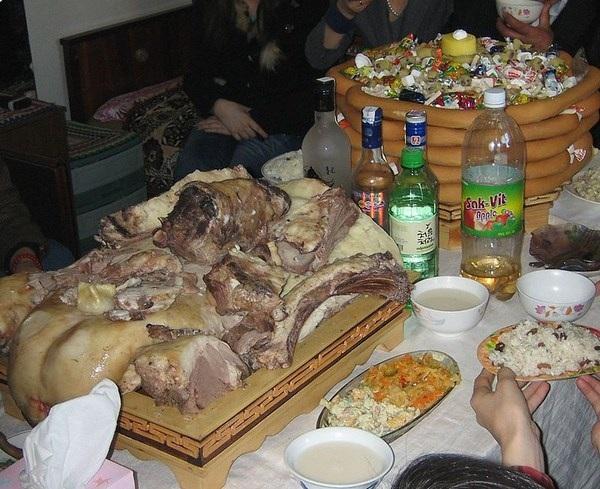 Những quầy thịt cừu nướng và rượu sữa ngựa không thể thiếu trên bàn ăn Tết truyền thống Mông Cổ.