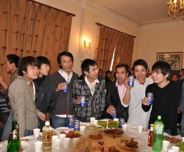 Trần Thìn (áo trắng, thứ 2 từ phải sang) trong tiệc mừng năm mới với bạn bè.