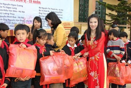 Tác giả bài viết trao quà cho các em học sinh.