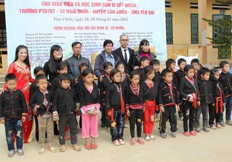 Đoàn thiện nguyện chụp ảnh lưu niệm cùng các em học sinh.