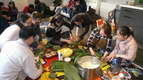 Không khí gói bánh chưng tại gia đình Việt Kiều Bùi Văn Mạnh.