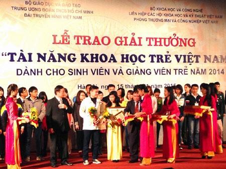 Trao giải thưởng cho các tài năng khoa học trẻ Việt Nam.